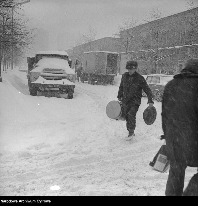 Rozładunek ciężarówki z termosami obiadowymi na ul. Malczewskiego w Warszawie. Obok widoczna zasypana śniegiem ciężarówka ZIŁ-130