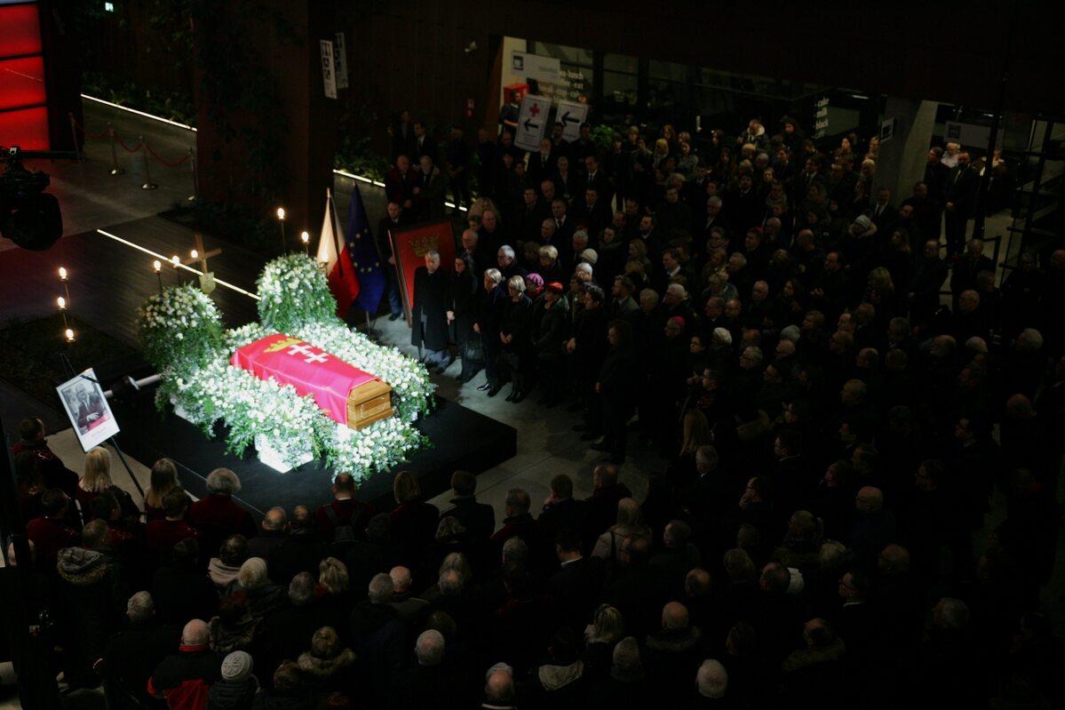 Przed uroczystościami trumnę z ciałem wystawiono w Europejskim Centrum Solidarności w Gdańsku