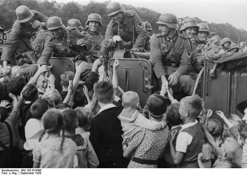 """Żołnierze Wehrmachtu witani przez tczewskich volksdeutschów """"Powitanie niemieckich żołnierzy radośnie poruszyło Tczew"""" – tak zdjęcie podpisała nazistowska propaganda"""
