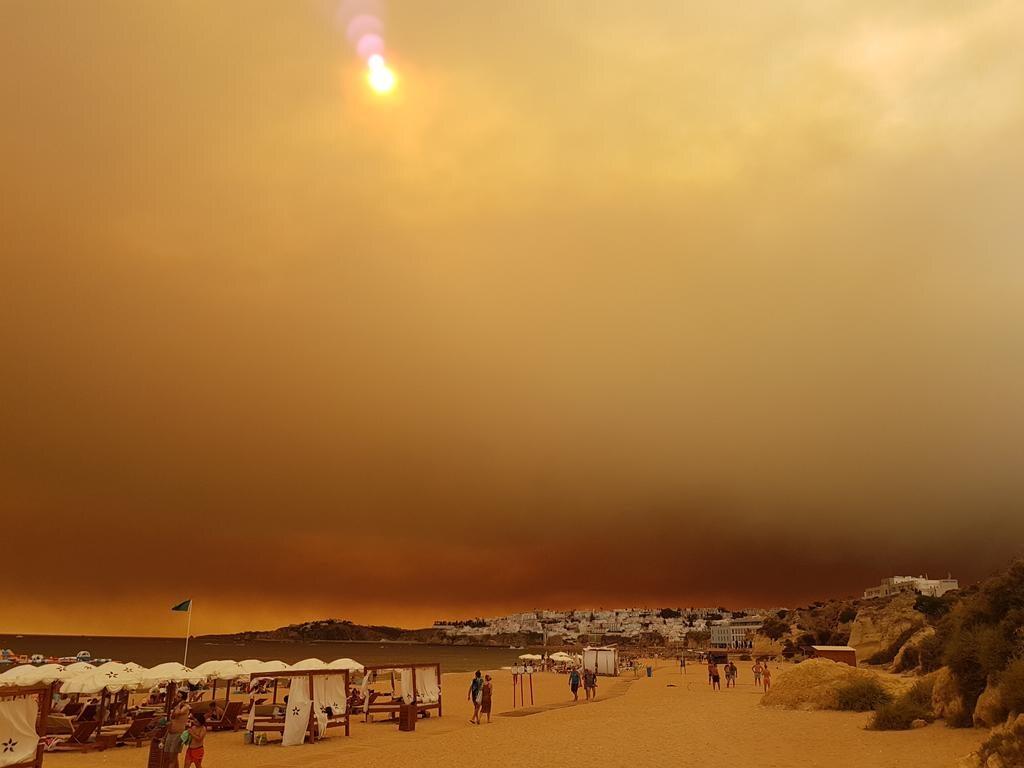 Brunatne niebo nad plażą w Albufeira na południu Portugalii