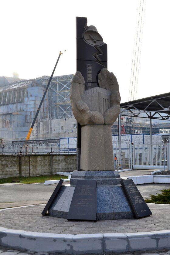Blok IV w Czarnobylu, pomnik likwidatorów skutków awarii Zdjęcie wykonane pod koniec października, jeszcze przed nasunięciem sarkofagu
