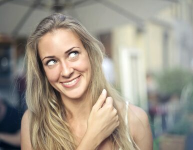 Co oznacza nawyk zakręcania włosów na palec? Możesz być zdziwiona