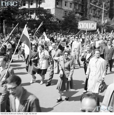 """Przedstawiciele prasy (m.in.: tygodnika """"Stolica"""") podczas pochodu na ul. Marszałkowskiej. (1961 r.)(fot. NAC)"""