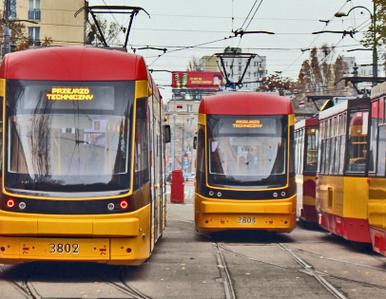 """Incydent w warszawskim tramwaju. """"Uderzył pasażera pięścią w twarz,..."""