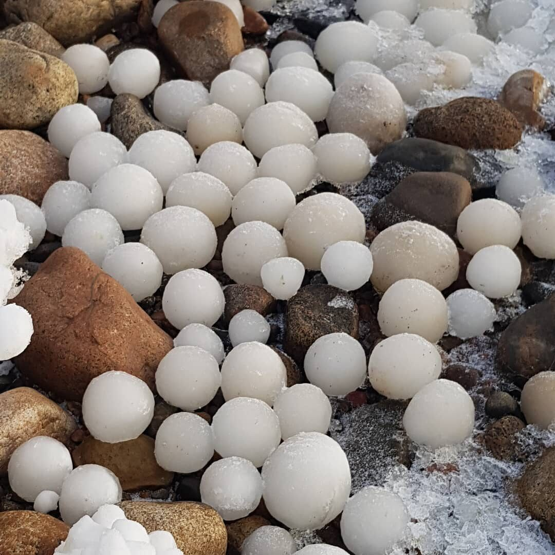 Lodowe kule na wyspie Hailuoto w Finlandii
