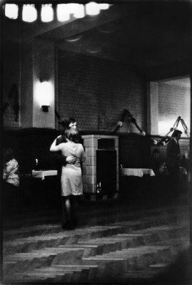 Sibylle Bergemann. Dancing w lokalu Clärchens Ballhau, Berlin-Mitte, Auguststrasse, 1979 cykl Clärchens Ballhaus (mat. pras.)