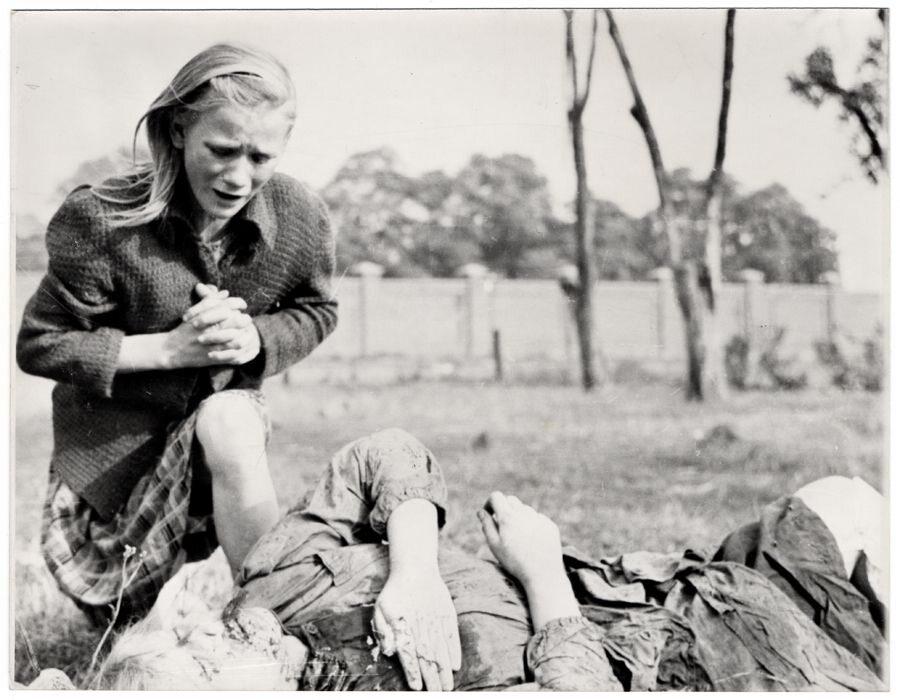 10-letnia Kazimiera Mika (wówczas Kostewicz) nad ciałem swojej starszej siostry. Jedno z najbardziej poruszających zdjęć dokumentujących tragedię warszawskich cywilów we wrześniu 1939 r. Dziewczynka przeżyła wojnę, fotografowi udało się z nią spotkać po 20 latach. Ulica Ostroroga