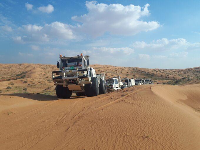 Polskie wibrosejsy podczas badań geofizycznych dlaPGNiG wZjednoczonych Emiratach Arabskich
