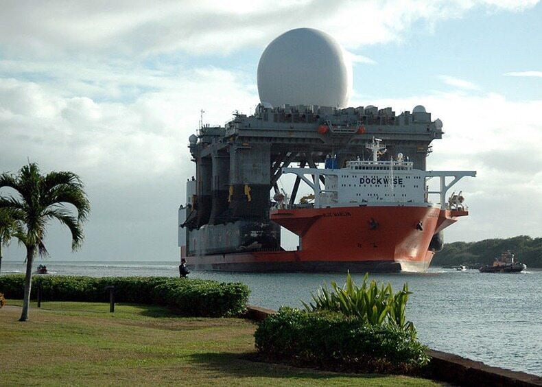 MV Blue Marlin załadowany wojskowym radarem (wspomaga wykrywanie i śledzenie pocisków i głowic balistycznych) wpływa do Pearl Harbor