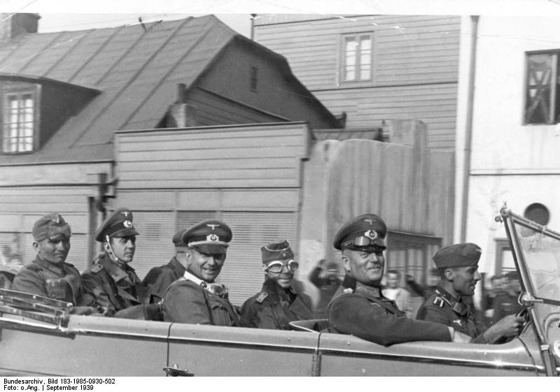 """Uśmiechnięty niemiecki generał (później feldmarszałek) Wilhelm Keitel w Łodzi """"Duże miasto przemysłowe, nazywane polskim Manchesterem zostało niedawno zajęte przez wojska niemieckie"""" – brzmi propagandowy podpis. Wilhelm Keitel zostanie po wojnie skazany na karę śmierci za zbrodnie wojenne."""