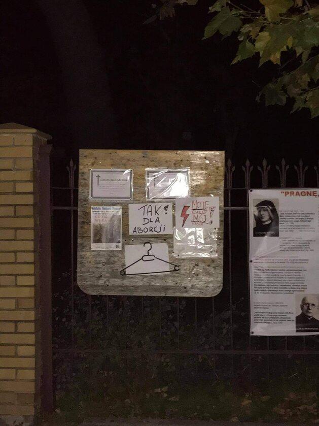 Plakaty na kościelnej tablicy ogłoszeń