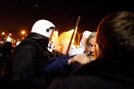 Policja musiała często używać argumentu siły (fot. Jakub Czermiński)