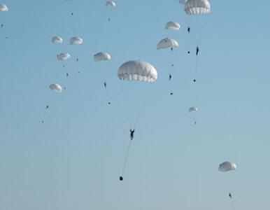 Amerykanie ćwiczą z Polakami. Zrzuty ładunków, skoki spadochronowe…