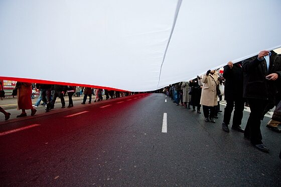 Nie brakowało dużych, biało-czerwonych flag... (fot. Jakub Czermiński)