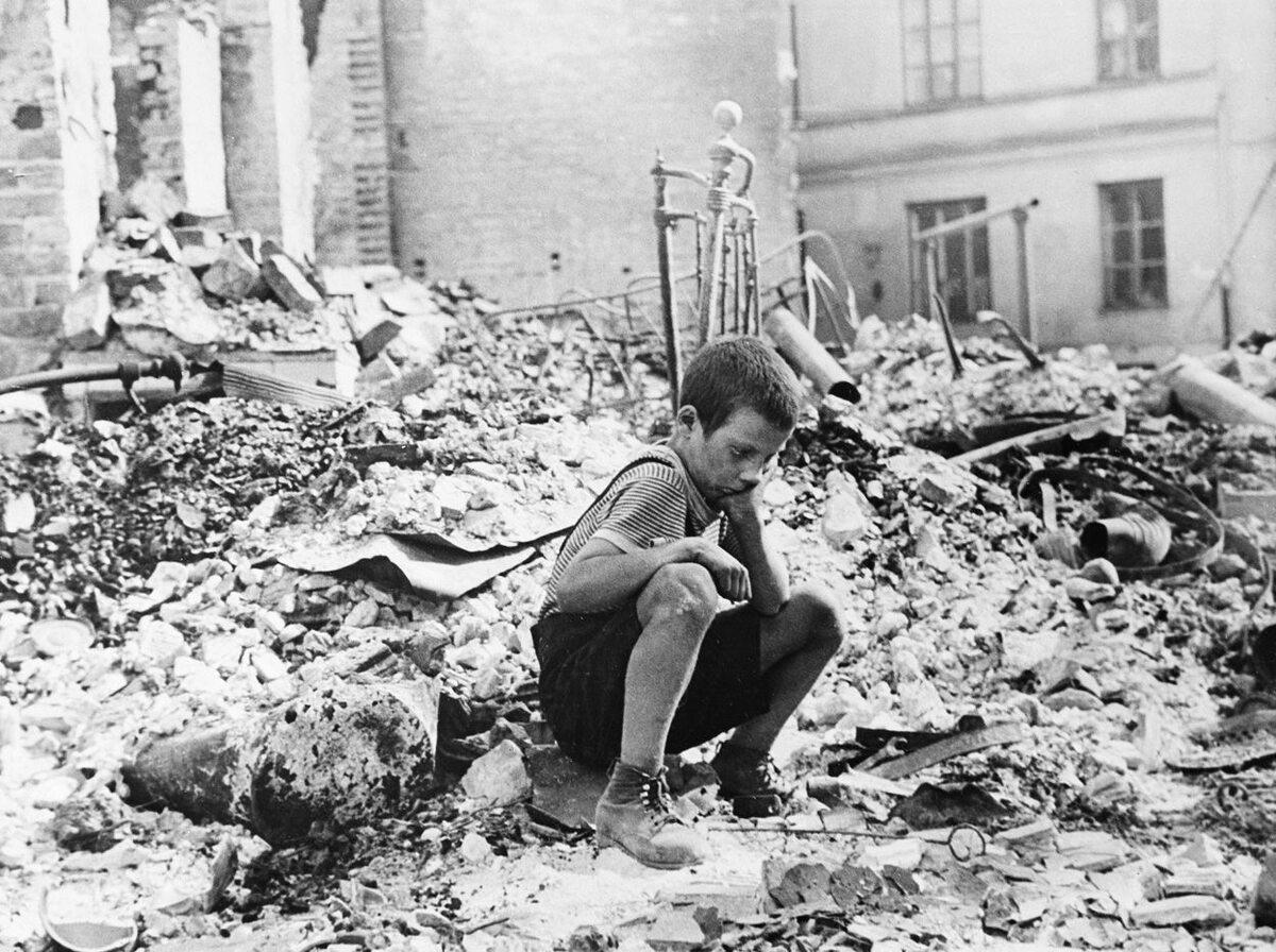 Mały Rysio Pajewski siedzi na kupie gruzu. Miał 9 lat, kiedy wraz z budynkami Warszawy zawalił się świat jego dzieciństwa. Wojnę przeżył, pracował potem jako kierowca ciężarówki
