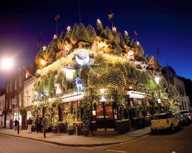 Zobacz najbardziej świąteczny pub. Zdobi go 90 choinek