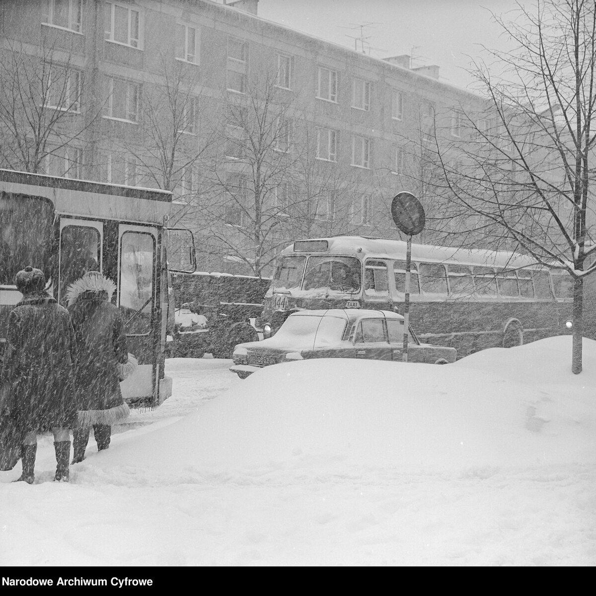 Przechodnie na przystanku autobusowym w Warszawie
