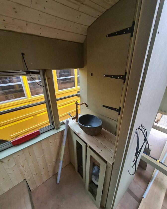 Autobus szkolny przerobiony przez  Lucy Stevens i Glena Carlossa