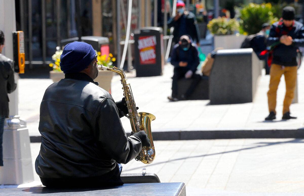 Mężczyzna gra na saksofonie na Times Square w dobie pandemii COVID-19 (22 kwietnia)