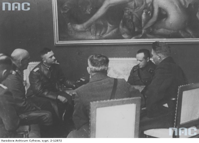 Spotkanie dowódcy armii niemieckiej z wyższymi oficerami radzieckimi w gmachu dawnego urzędu wojewódzkiego w Białymstoku