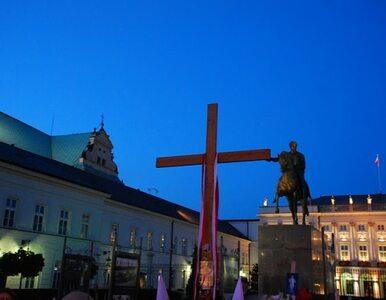 Krzyż sprzed Pałacu Prezydenckiego usunięty! Trafił do kaplicy