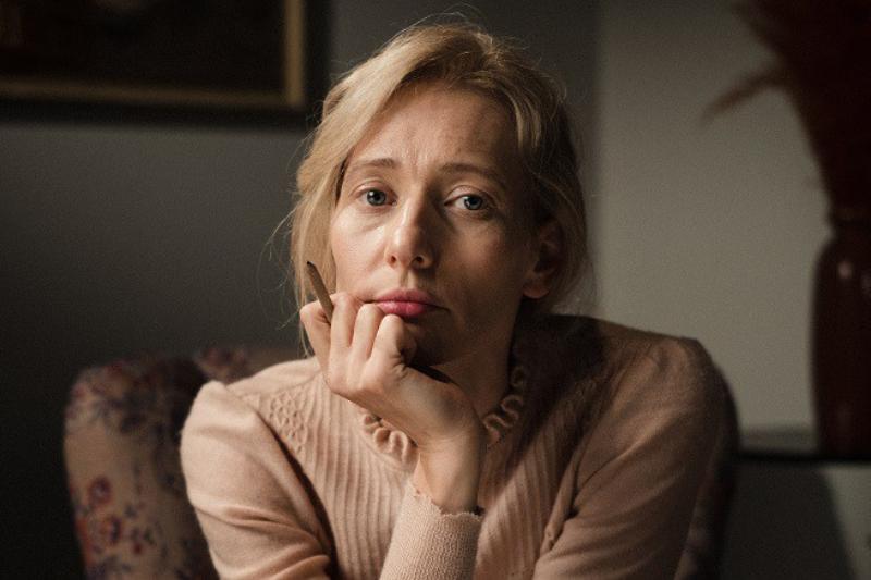 """Magdalena Popławska W serialu """"Osiecka"""" wciela się w starszą wersję autorki."""