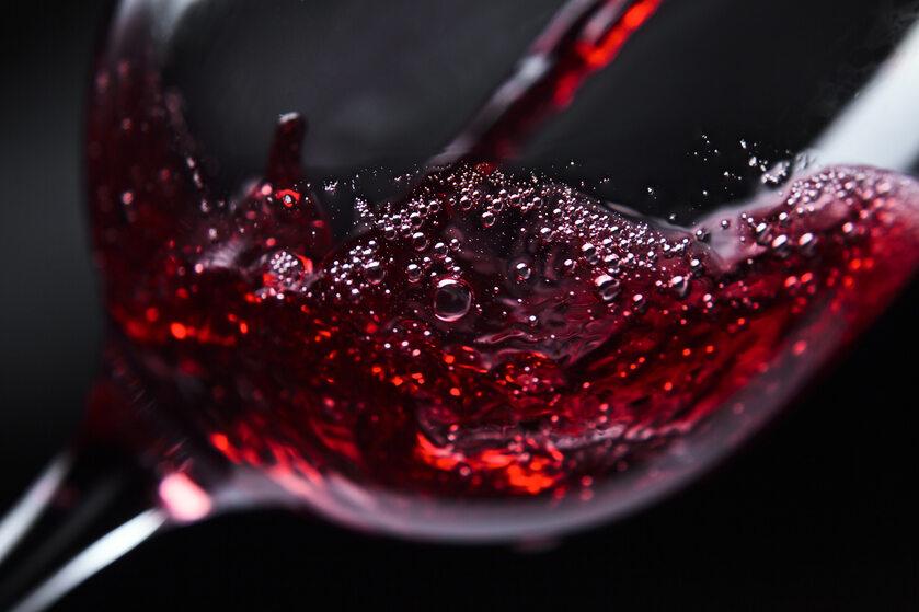Czerwone wino w kieliszku