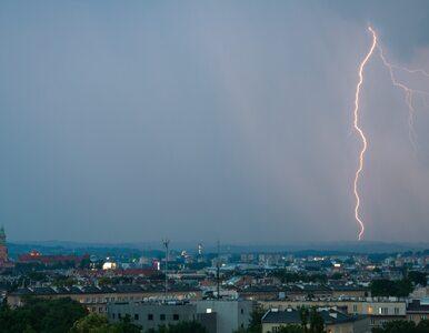 Czy i jak jeździć autem podczas burzy?
