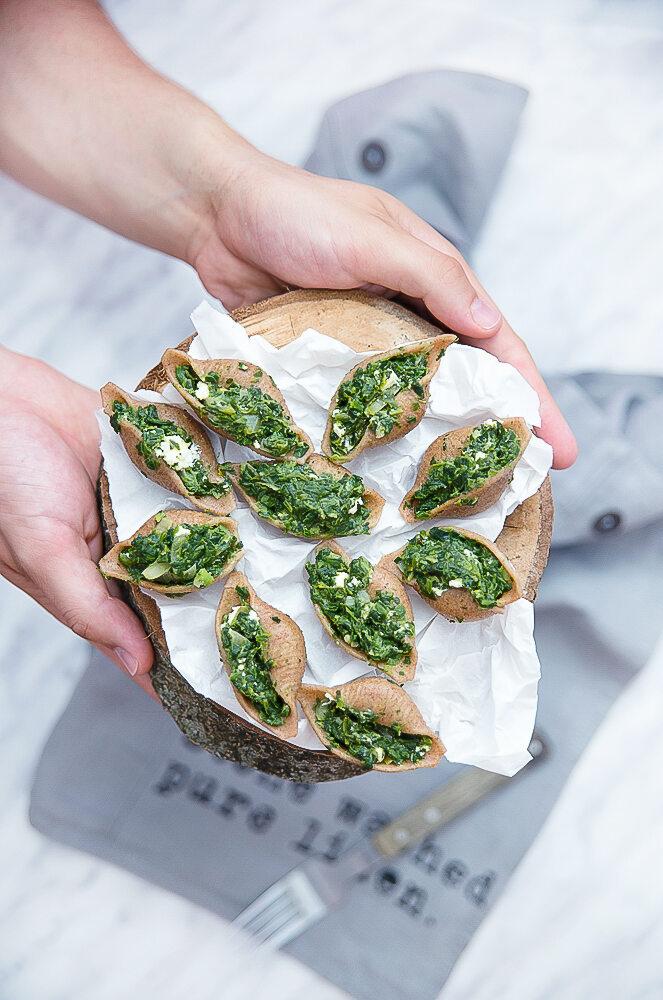 Conchiglioni żytnie razowe; duże muszle faszerowane szpinakiem i fetą