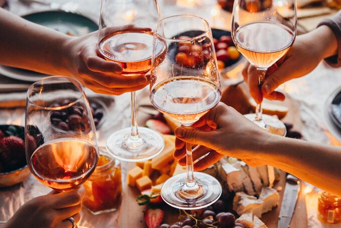 Spotkania towarzyskie często obfitują wtłuste jedzenie ialkohol. Regeneracja wątroby poimprezie, weselu czyprzyjęciu zpewnością będzie przebiegała szybciej, gdy zadbamy oodpowiednią dietę isuplementację