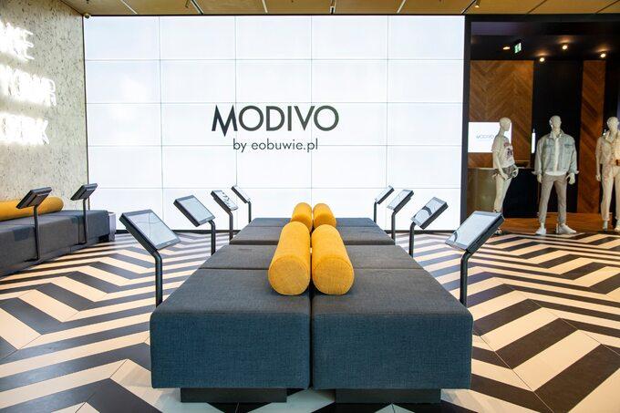 Wsalonie MODIVO doprzeglądania produktów służą tablety