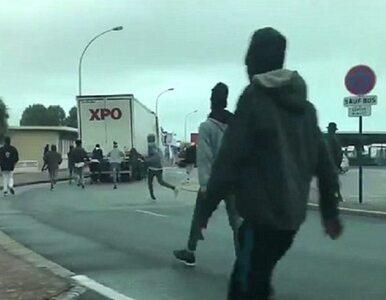 Migranci wskakują na ciężarówki, próbują się dostać do środka. Do sieci...