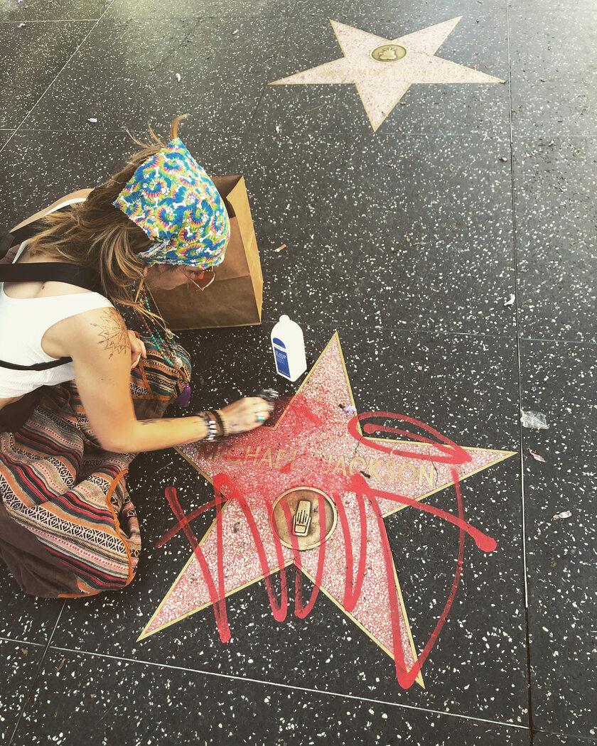 Córka Michaela Jacksona czyści gwiazdę upamiętniającą ojca w Alei Gwiazd