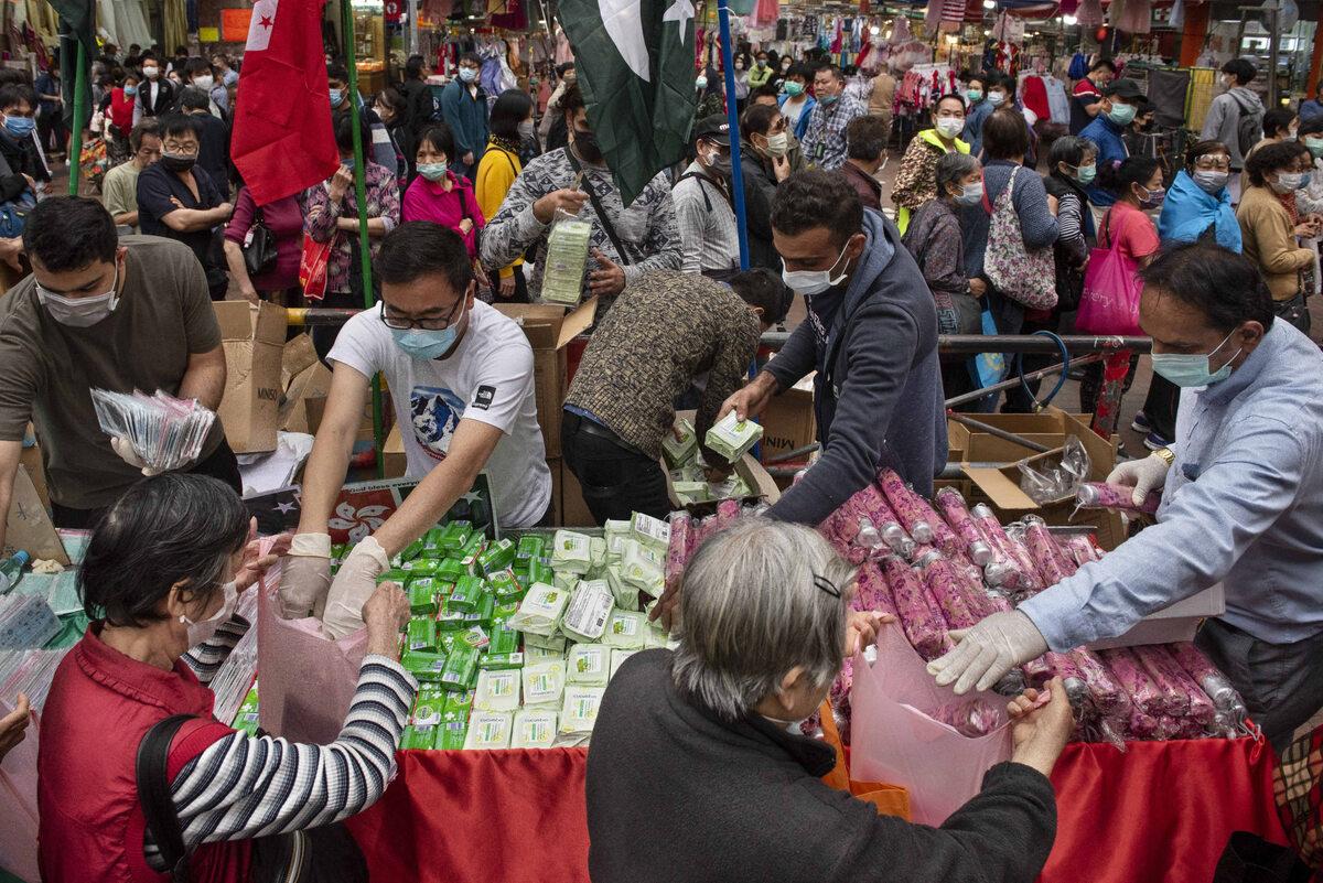 Lokalni mieszkańcy otrzymują artykuły higieniczne w Koulun, Hongkong (12 marca)