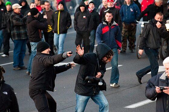 Gorąco było od samego początku - agresję uczestników wywoływali m.in. fotoreporterzy (fot. Jakub Czermiński)