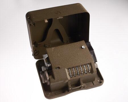 Maszyna szyfrująca M-209 (fot.CIA)