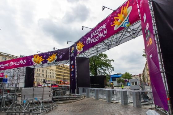 Poznań, budowa poznańskiej strefy kibica na Placu Wolności (fot. PAP/Adam Ciereszko)