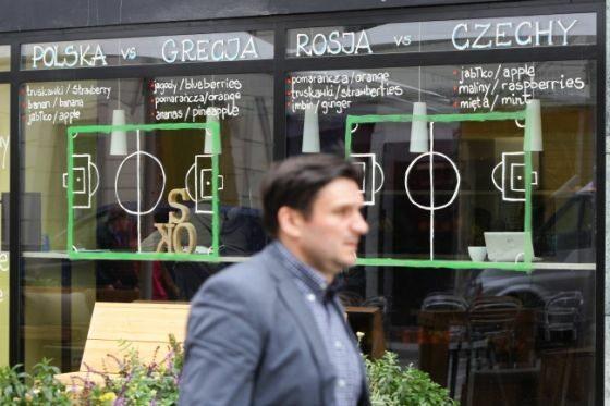 Wrocław, jedna z restauracji przygotowała dla kibiców drużyn grających w grupie A nie lada niespodziankę (fot. EPA/ARMANDO BABANI/PAP)