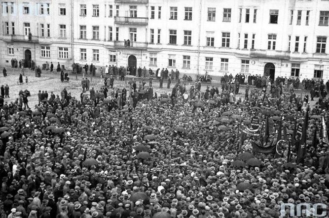 Wiec Polskiej Partii Socjalistycznej. Widok ogólny na tłum uczestników zgromadzonych na pl. Jabłonowskich. (1933 r.)(fot. NAC)