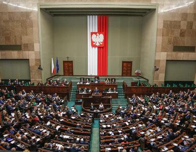 Sondaż poparcia dla partii. Spadek poparcia dla PiS, Nowoczesna poza Sejmem