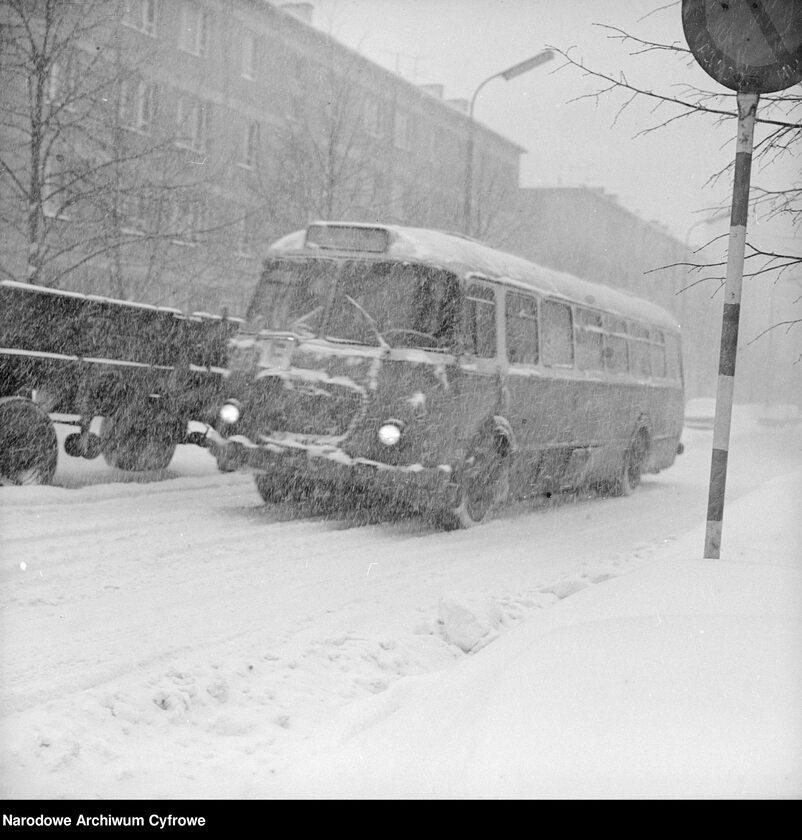 Autobus Jelcz 272 MEX na zasypanej jezdni w Warszawie