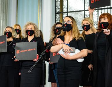 """Dziecko jako rekwizyt na """"konferencji aborcyjnej""""? Zandberg odpowiada..."""