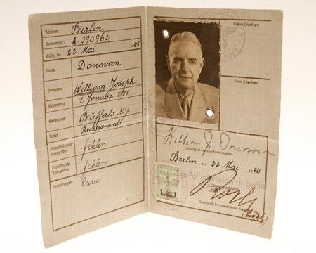 Fałszywy niemiecki dowód osobisty dyrektora poprzednika CIA - OSS, Williama J. Donovana (fot.CIA)