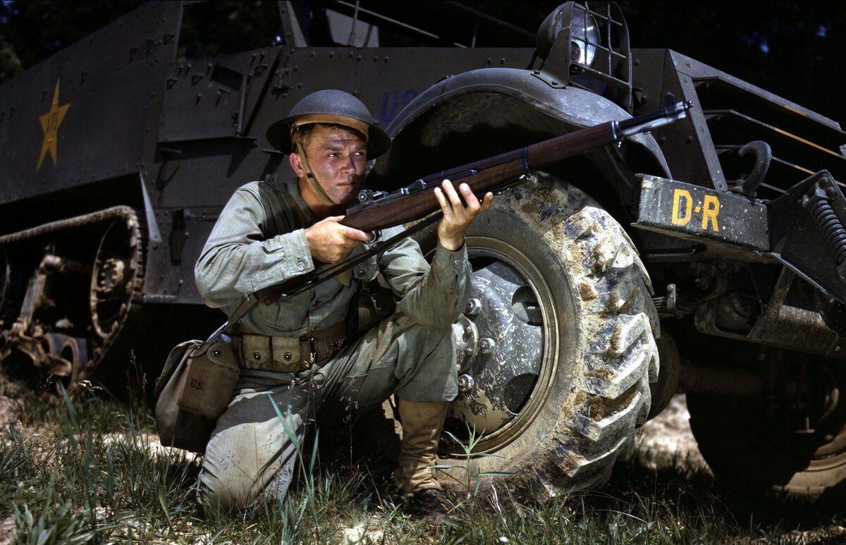 Żołnierz amerykański sfotografowany w Fort Knox w stanie Kentucky (czerwiec 1942 r.)