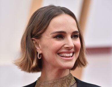Natalie Portman w pelerynie na Oscarach. Uwagę zwracały napisy