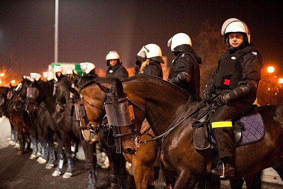 Na ulicach stolicy nie zabrakło konnych oddziałów policji (fot. Jakub Czermiński)