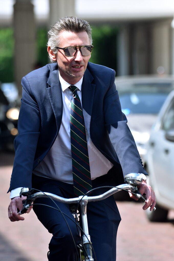 Poseł Maciej Gdula naśrodowe posiedzenie Sejmu przyjechał rowerem