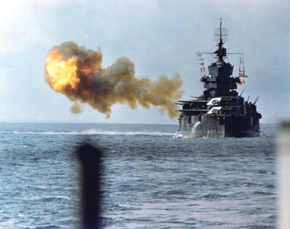 USS Idaho ostrzeliwuje Okinawę (1 kwietnia 1945 r.)