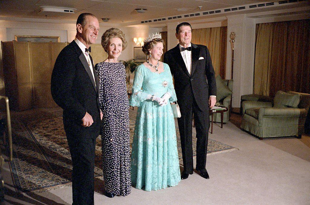 Książę Filip na zdjęciu z królową Elżbietą II, prezydentem USA Ronaldem Reaganem i jego żoną w 1983 roku