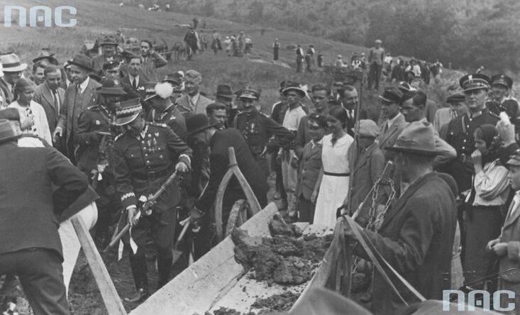 Obchody Święta Pracy w Załużu.  Budowa drogi Załuż - Sanok. Widoczny m.in. minister spraw wojskowych generał Tadeusz Kasprzycki (trzyma łopatę). (1939 r.)(fot. NAC)
